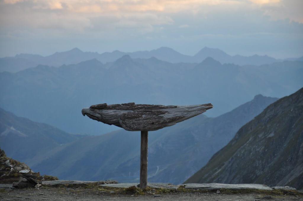 eine Holzskulptur vor der Stüdlhütte