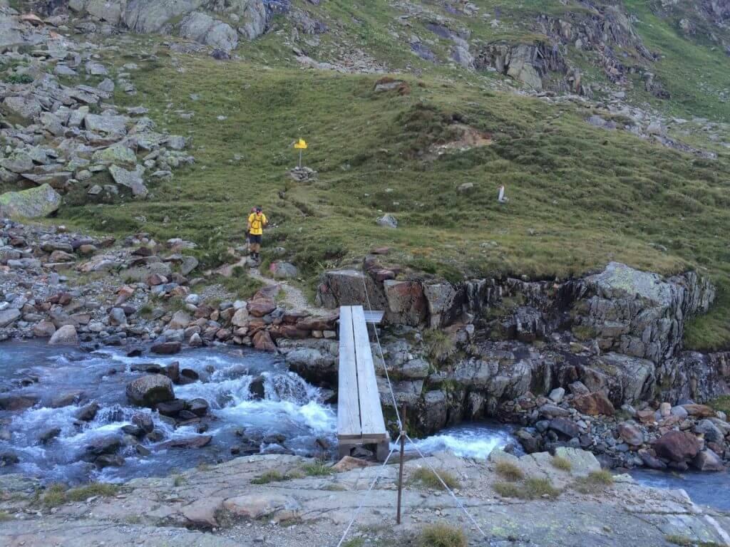 Brücke mit Wegweiser zur Glorer Hütte