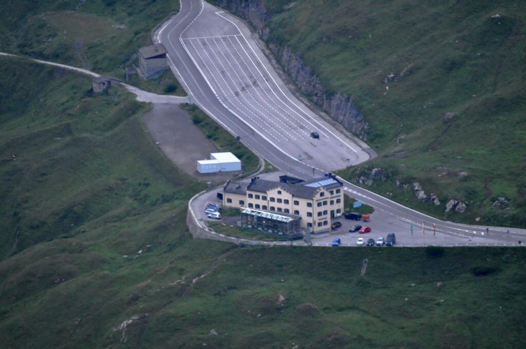 Glocknerhaus, fotografiert mit Teleobjektiv von der Stockerscharte