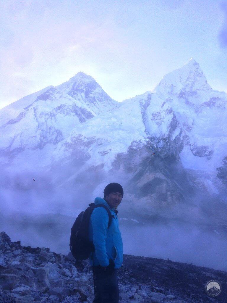 Prem Gurung vor Everest und Nuptse